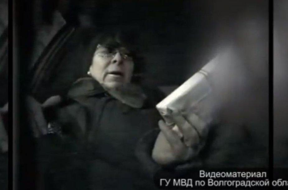 Policijos vaizdo įraše užfiksuota, kaip Liubovė Osipova tariamiems nusikaltimo vykdytojams perduoda avansą ir aiškina, ką jie turės padaryti.