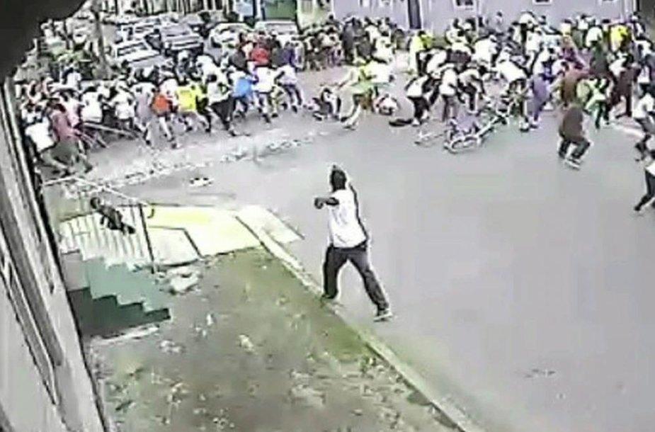 Šiame vaizdo įrašo kadre matyti, kaip įtariamasis šaudo į minią.