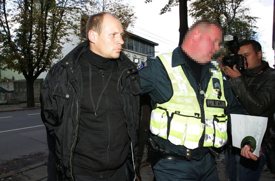 Į teismą atvežtas įtariamasis