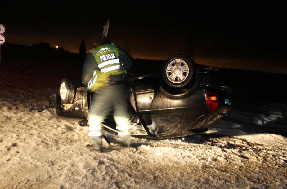Vilniaus rajone apsivertęs automobilis