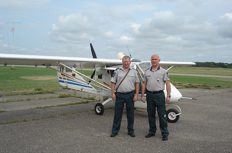 Kauno rajono pareigūnai prie lėktuvo, su kuriuo ieškojo aguonų plantacijų