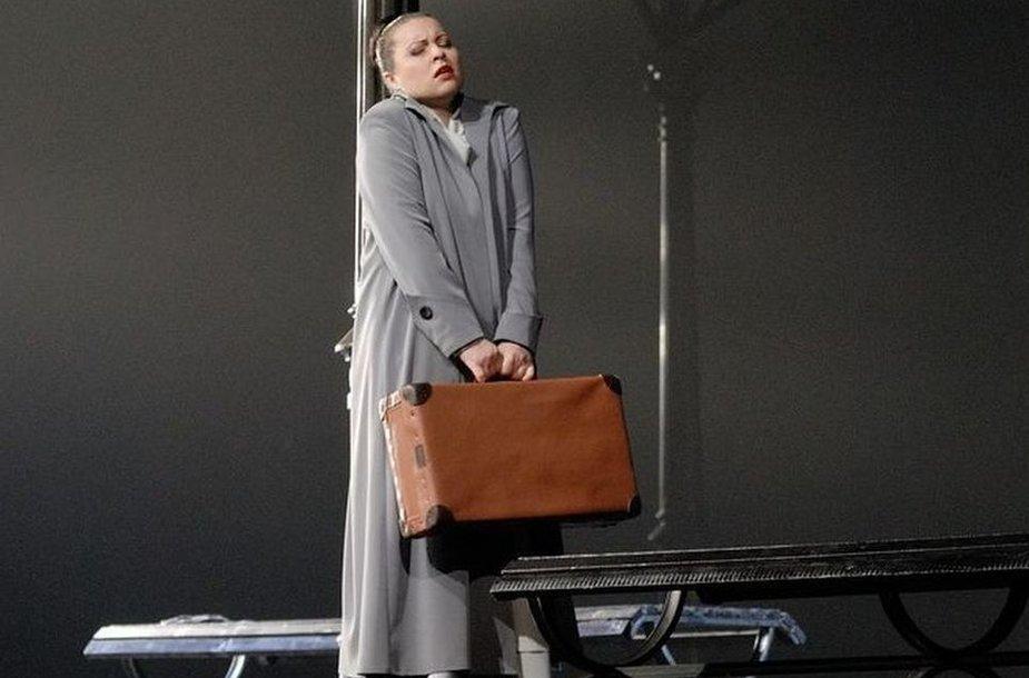 """Sandra Janušaitė dainuoja Tatjanos partiją operoje """"Eugenijus Oneginas"""""""