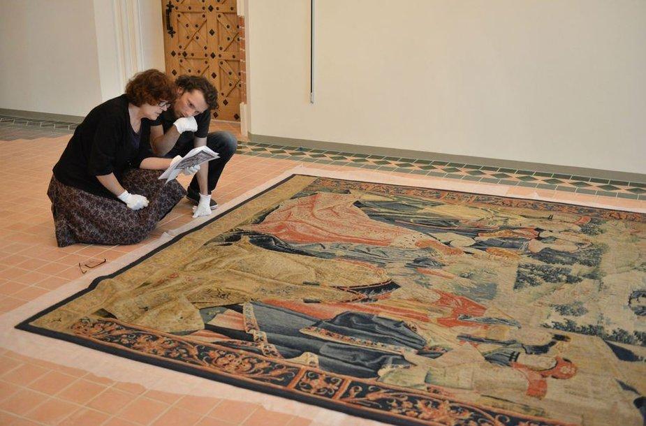 """Į Vilnių atkeliavusį nežinomose Briuselio dirbtuvėse apie 1520 m. išaustą ir kunigaikščiams Radviloms priklausiusį gobeleną """"Ara coeli legenda"""" vertina specialistai"""