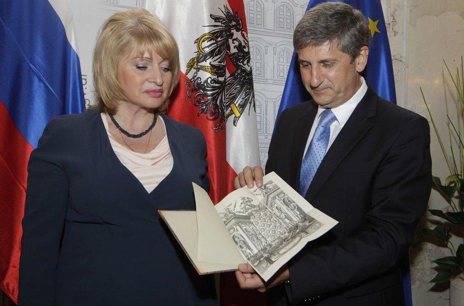 Rusija grąžina Austrijai Esterhazy biblioteką.