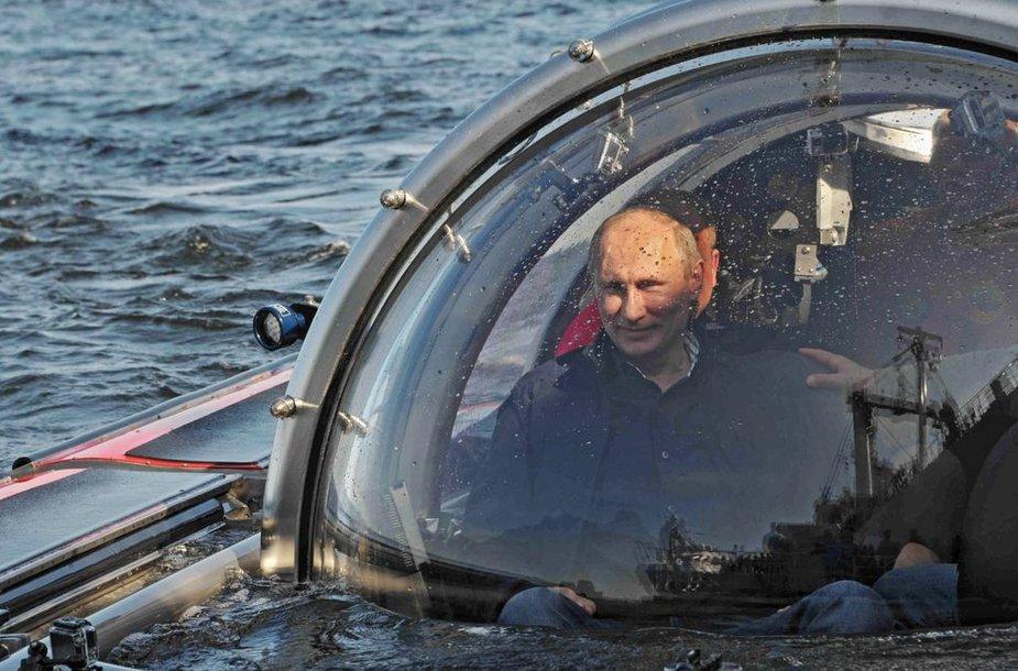 Vladimiras Putinas tyrinėjo Baltijos jūroje nuskendusį laivą.