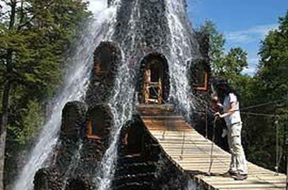 """Čilėje siūloma nakvoti vandens apsuptame viešbutyje """"Magic Mountain Hotel""""."""
