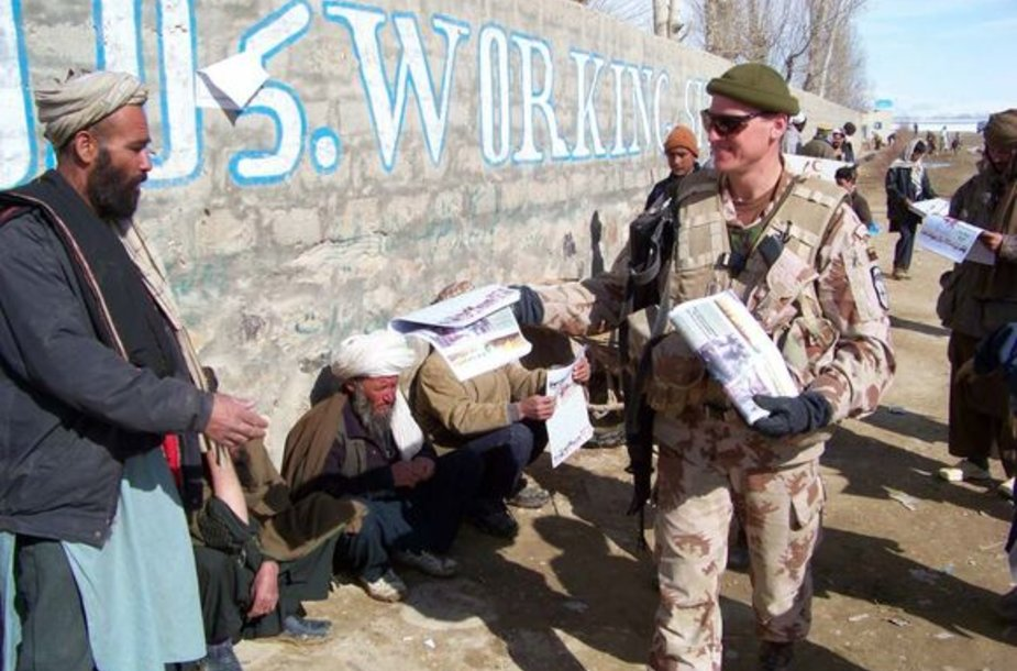 Patruliuojantys kariai bendrauja ir dalijasi naujienomis su vietos gyventojais.