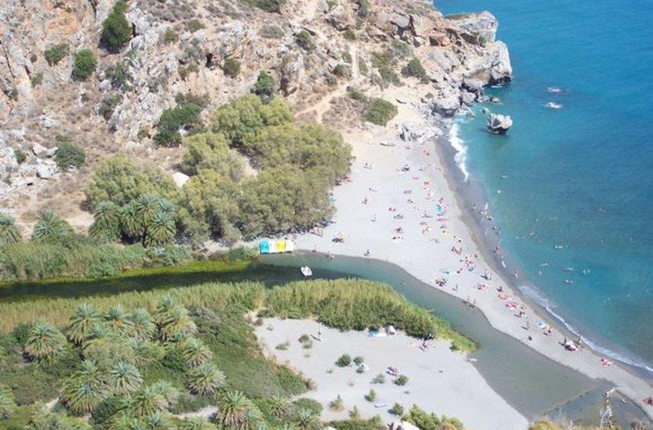 Kretos pietuose esanti upė įteka į jūrą.