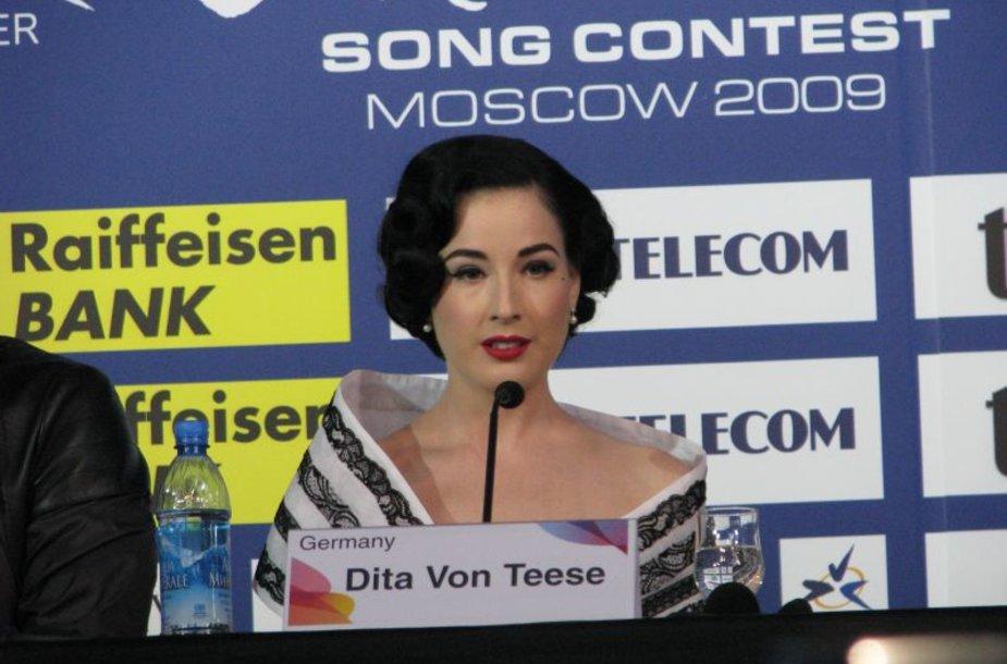 Dita von Teese spaudos konferencijoje.