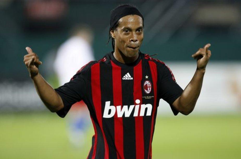 Ronaldinho negaili pinigų. Matyt, gerokai įklimpo į meilės pinkles