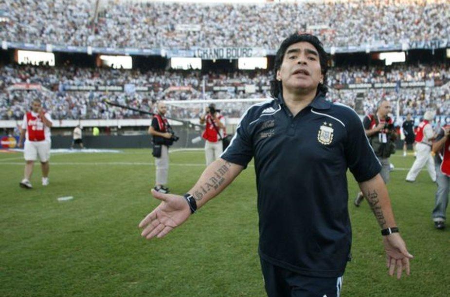 D.Maradona buvo nepatenkintas jį sekiojančių fotografų dėmesiu
