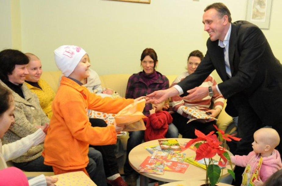 V.Ivanauskas bendravo su sergančiais vaikais