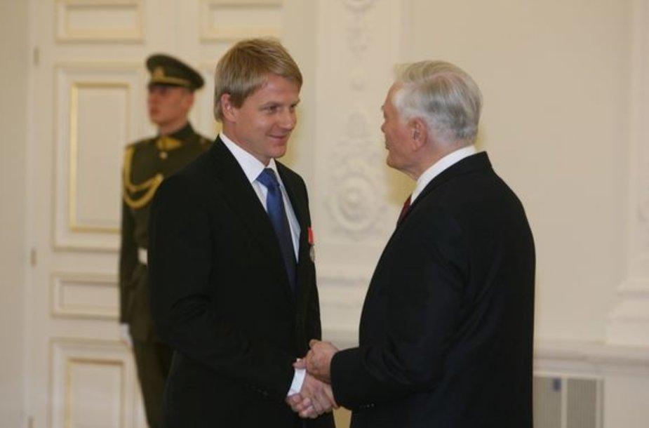 Prezidentas V.Adamkus apdovanojimą įteikė M.Jovaišai.