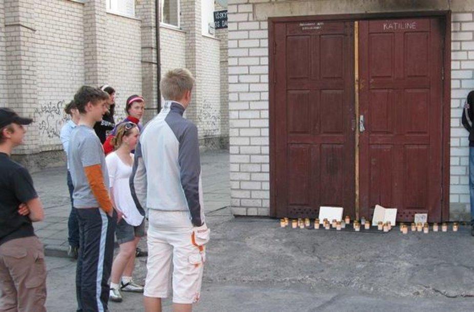 Prie Saugų miestelio mokyklos katilinės buvo uždegtos simbolinės žvakutės. Toks gestas papiktino mokyklos direktorę.