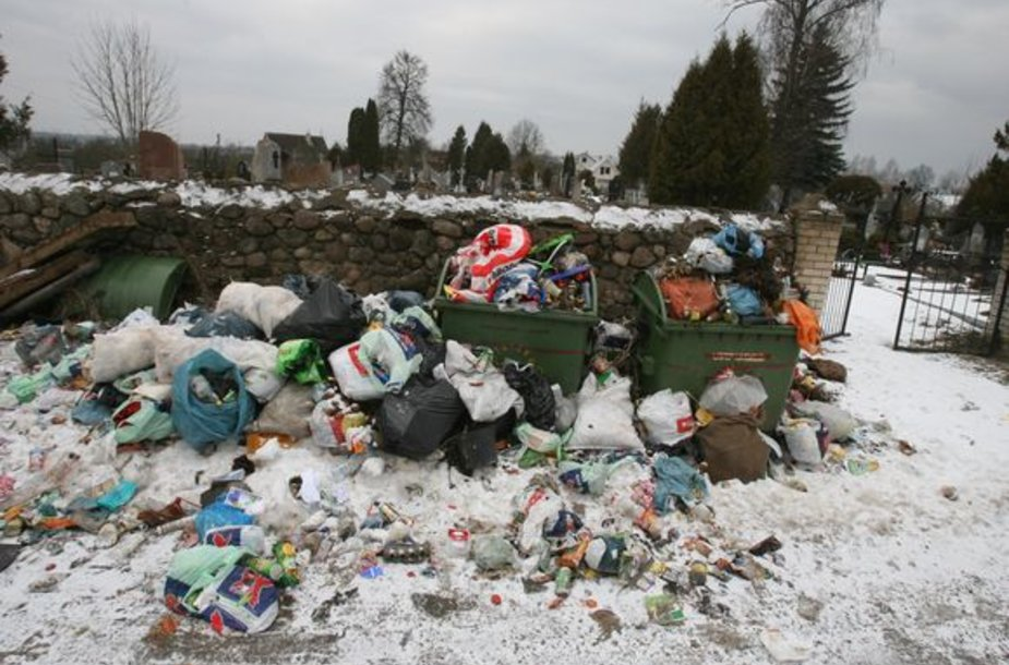 Salininkų gyventojai, neturėdami kur padėti savo buitinių atliekų, jas verčia tiesiog prie netoliese įsikūrusių kapinių.