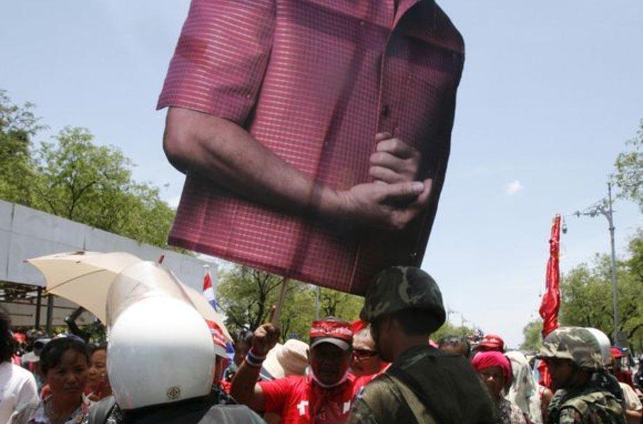 Protestuotojai su ekspremjero Thaksino Shinawatros atvaizdu
