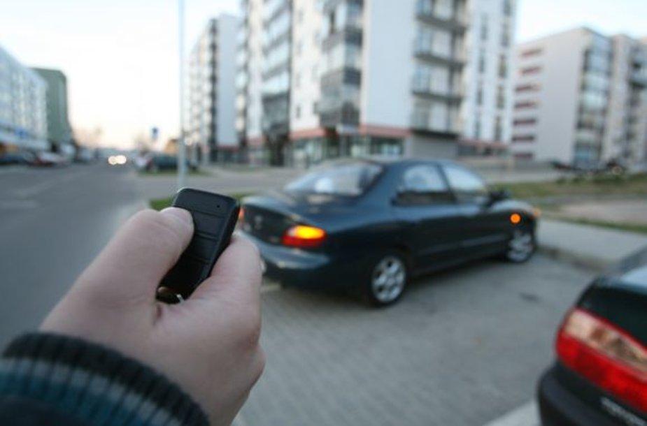 """Anot apsaugos specialistų, daugiabučių kiemuose dažniausiai kaukia seni automobiliai, kuriems reikalavimų neatitinkančias pigias signalizacijas montuoja """"garažiniai"""" meistrai."""