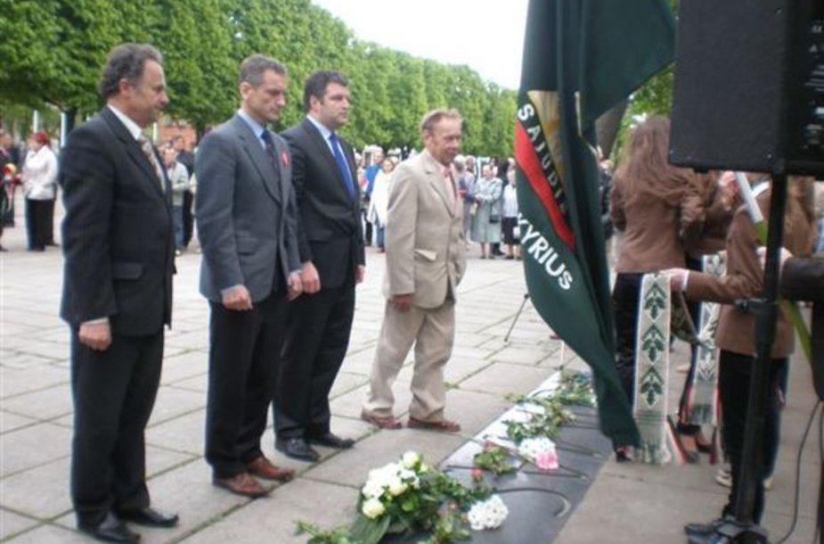 Ketvirtadienio vidurdienį Kauno valstybinio muzikinio teatro sodelyje buvo pagerbtas Romo Kalantos atminimas.