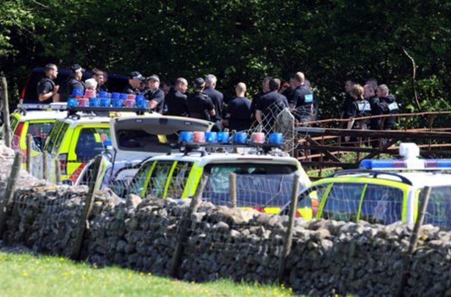 Britų policija trečiadienį ieškojo ginkluoto užpuoliko, kuris žudė žmones šiaurinės Anglijos vaizdingojo Ežerų krašto miesteliuose.