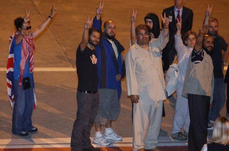Turkija parskraidino namo šimtus aktyvistų.