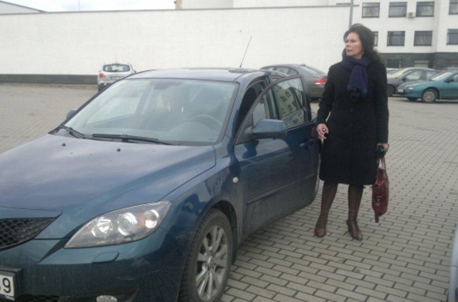 """Palmira Galkontaitė prie savo dar neremontuoto """"sudaužyto"""" automobilio """"Mazda""""."""