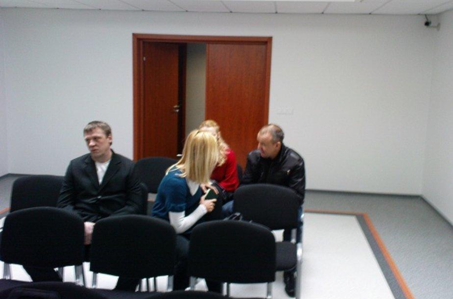 Lemtingojo sekmadienio vakaro išgertuvių šeimininkas V.Bičkus (dešinėje) jau yra davęs teisme parodymus, o A.Šmitas (kairėje) bei abiejų šių vilniečių žmonos antradienio posėdyje liudijo pirmą kartą.