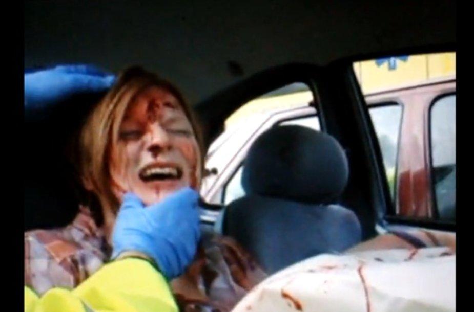 17-metę vairuotoją iš sumaitotos mašinos išlaisvina ugniagesiai gelbėtojai.