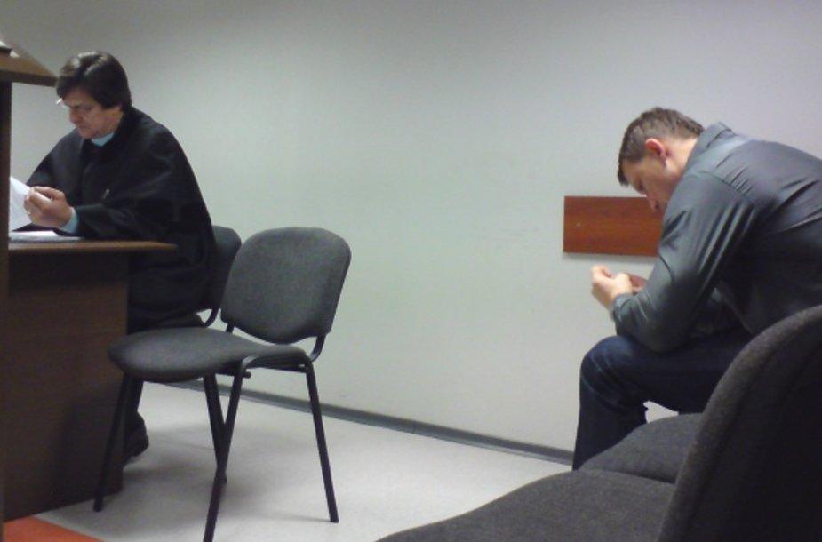 Spalvingame šokių projekte televizijoje neseniai dalyvavusiam A.Duonėlai (kairėje) teko lankyti ir niūrų teismo procesą. Sportininką gynė garsus advokatas R.Andrikis.