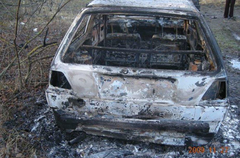 """Pamiškėje sudeginti """"VW Golf"""" automobiliai."""