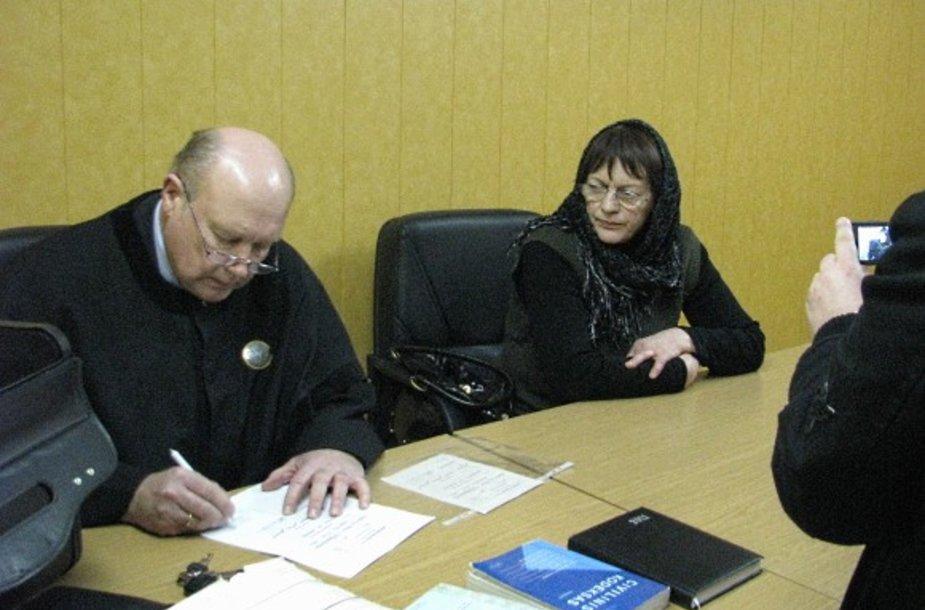 Našlė J.Šuminskienė su advokatu teisme.