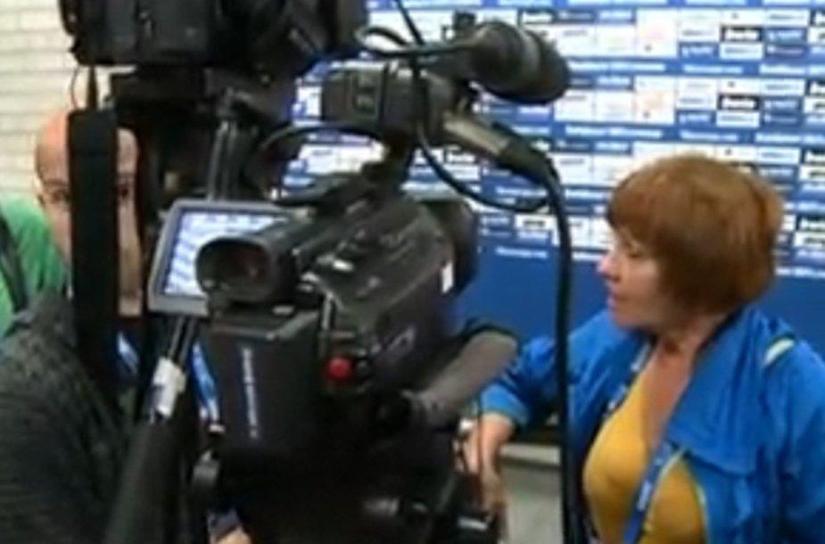 """Žurnalistas R.Buršteinas (kairėje už kamerų) ir kiti Ziną auklėję reporteriai užsitraukė kolegos iš """"Valstiečių laikraščio"""" nemalonę."""