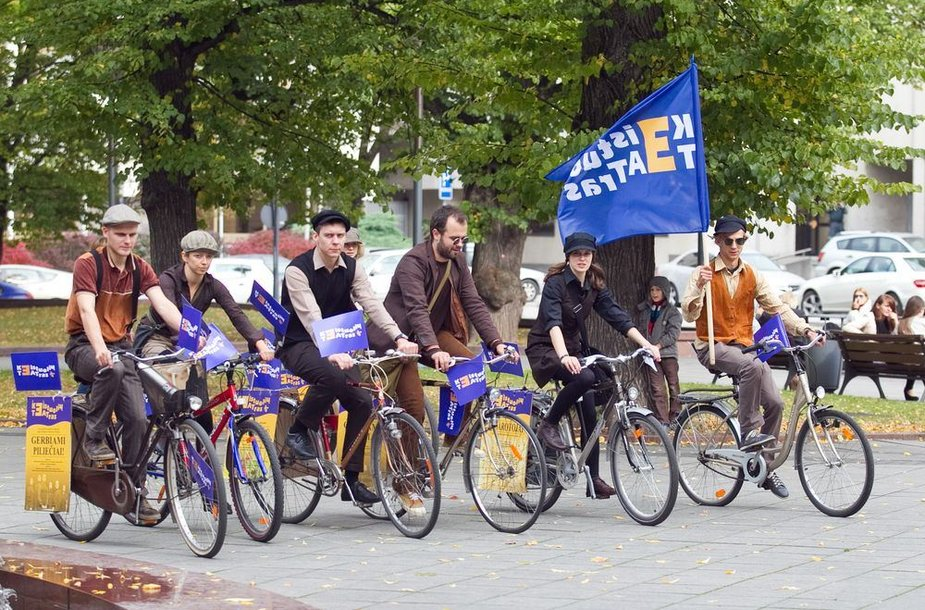 Naują sezoną Keistuolių teatras pristatė žygiu su dviračiais.