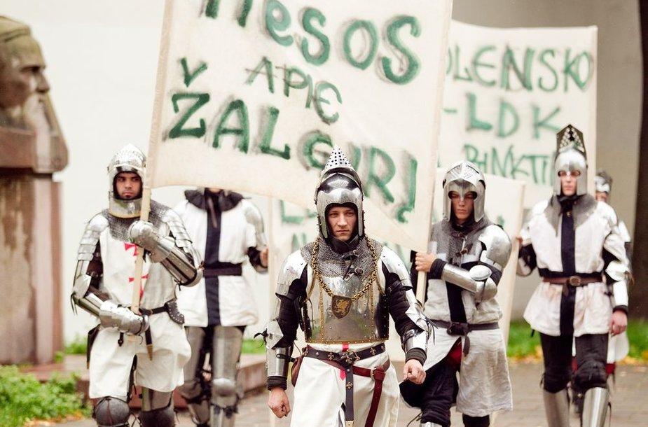 Viduramžių riteriai reikalavo pagarbos istorijai.