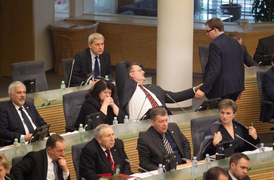 """Seimas sprendžia dėl trijų """"darbiečių"""" teisinės neliečiamybės naikinimo"""