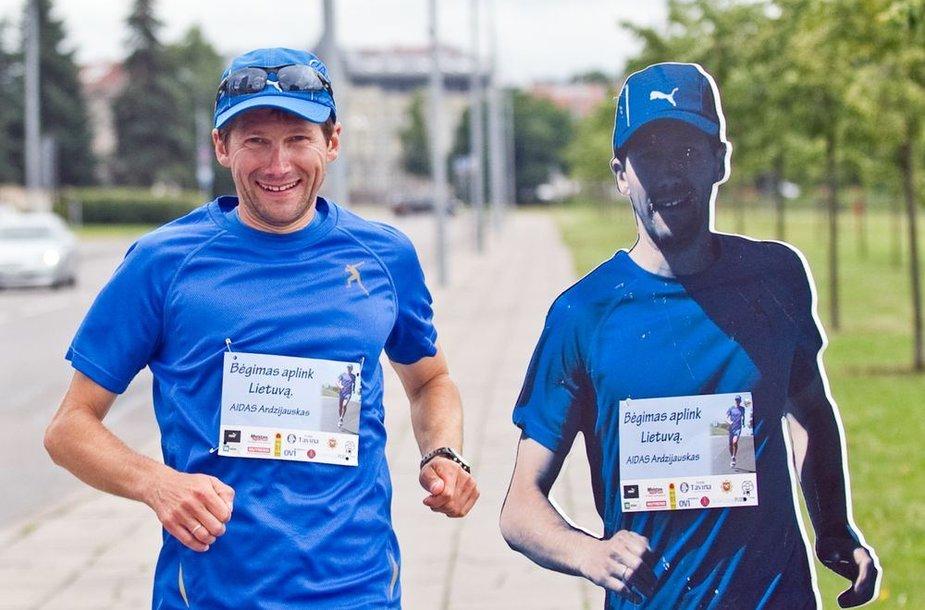 Vilniuje prie Baltojo tilto finišavo Lietuvą apibėgęs ugniagesys gelbėtojas Aidas Ardzijauskas.