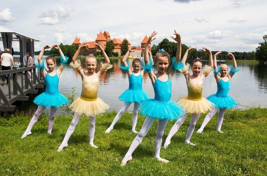 """Baleto """"Gulbių ežeras"""" Galvės ežere pristatymas"""