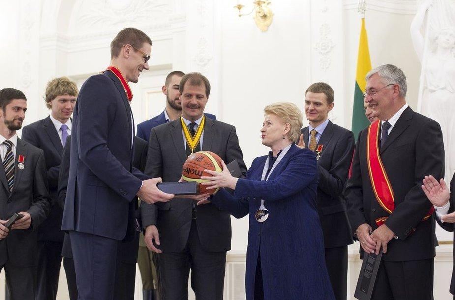 Lietuvos krepšinio rinktinė su Dalia Grybauskaitė