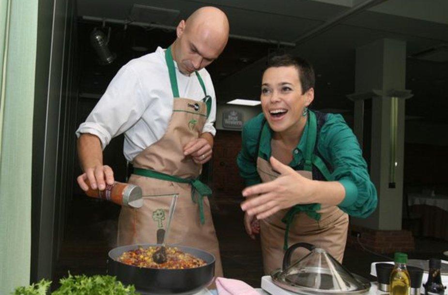 Nomeda Marčėnaitė ir Edmundas Končius ekologiškose keptuvėse ruošė mėgiamus patiekalus.