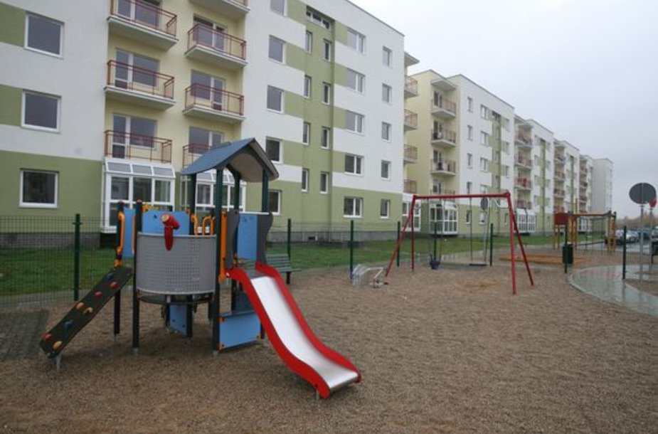 Vilniaus miesto savivaldybė baigia išdalinti visus savo turimus socialinius butus: pirmadienio popietę butų raktai įteikti 5 socialiai remtinoms šeimoms ir vienai tremtinei.