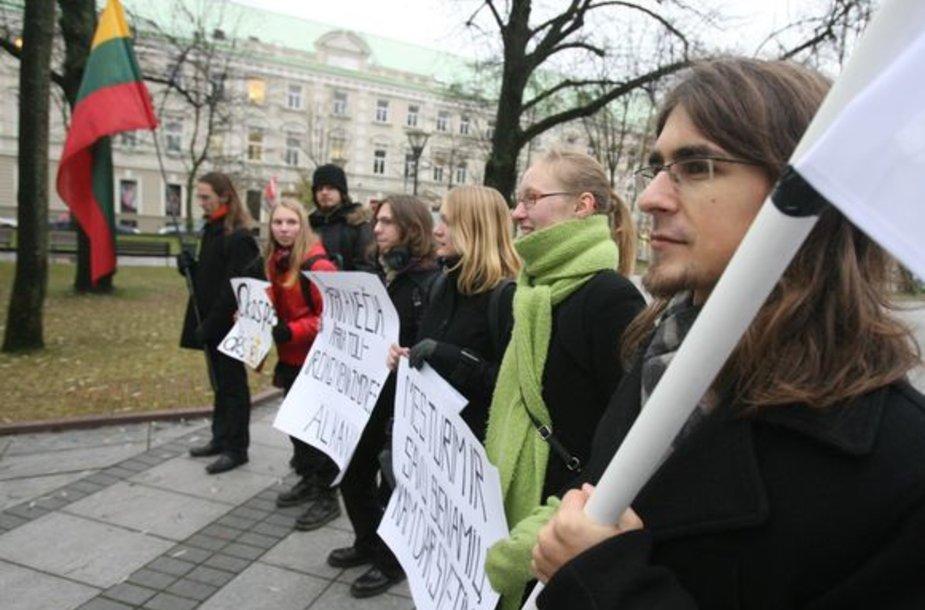 Penktadienį didžiuosiuose miestuose prieš Lietuvos dalyvavimą pabėgėlių iš trečiųjų šalių perkėlimo programose protestavo nedidelės patriotiškai nusiteikusių jaunuolių grupelės.