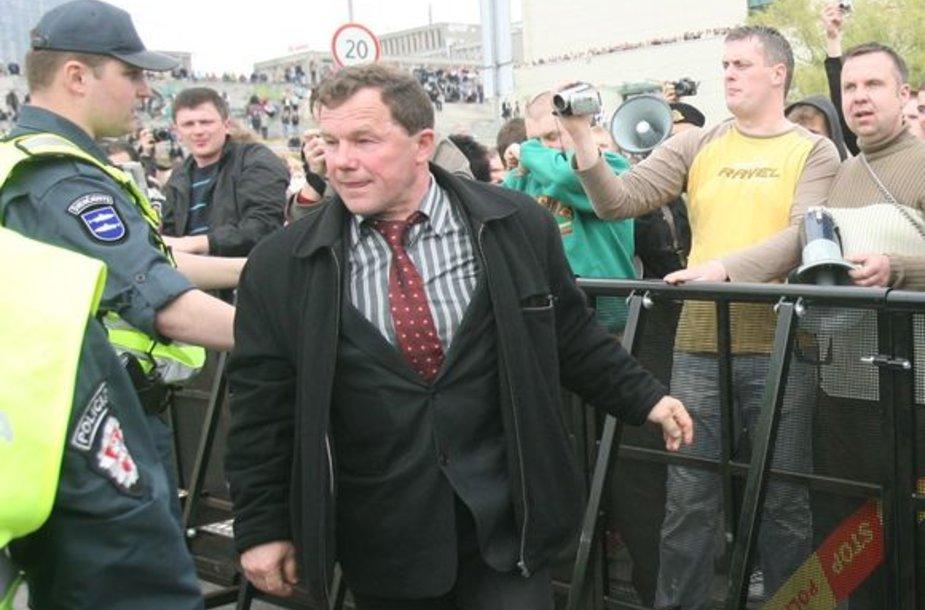 Seimo narys Kazys Uoka veržiasi pro policininkus