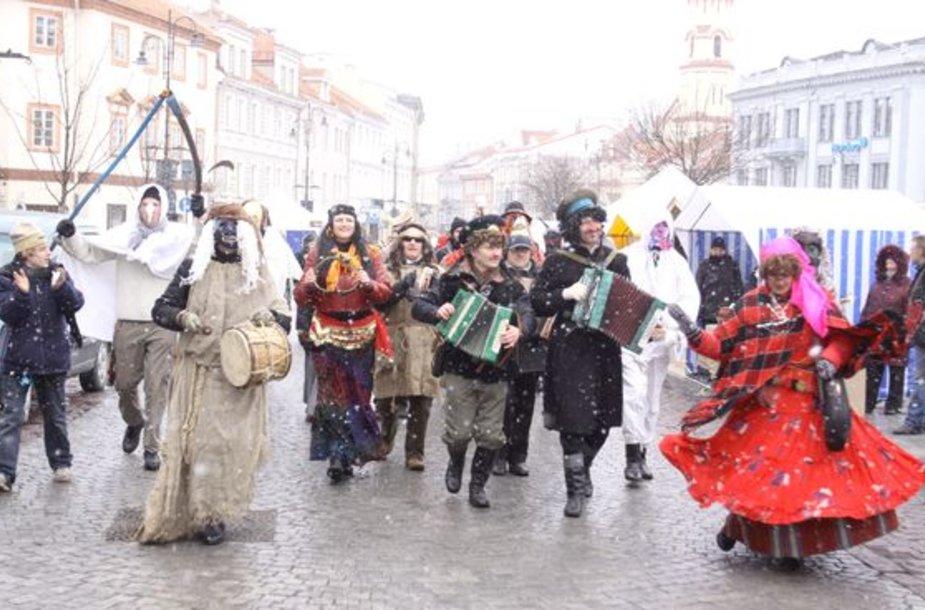 Kaziuką Vilniaus senamiestyje pakeitė Užgavėnių persirengėliai.