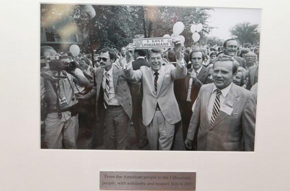 JAV ambasadorė Anne E. Derse Užsienio reikalų ministrui Audroniui Ažubaliui įteikė simbolinę dovaną - istorinę nuotrauką.