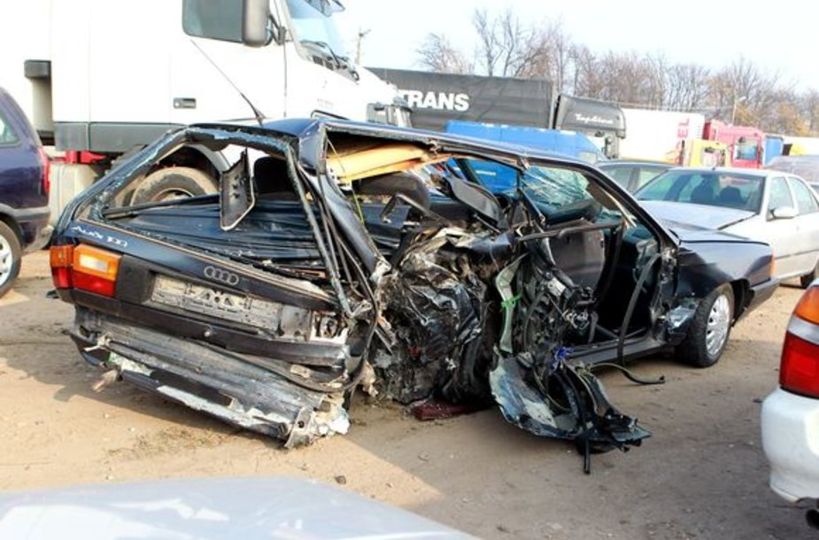 """Audi 100"" automobilis po avarijos"
