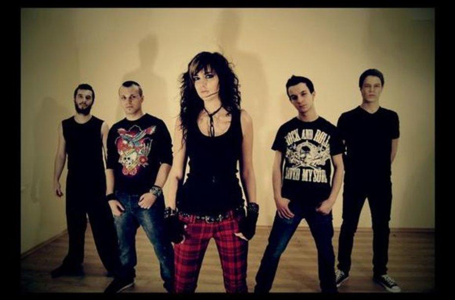 """""""Nu metal"""" stiliui prijaučiantys """"Carnivora blooms"""" išsiskiria jaunatviška energija, o jų kūryboje atsispindi skirtinga grupės narių patirtis."""
