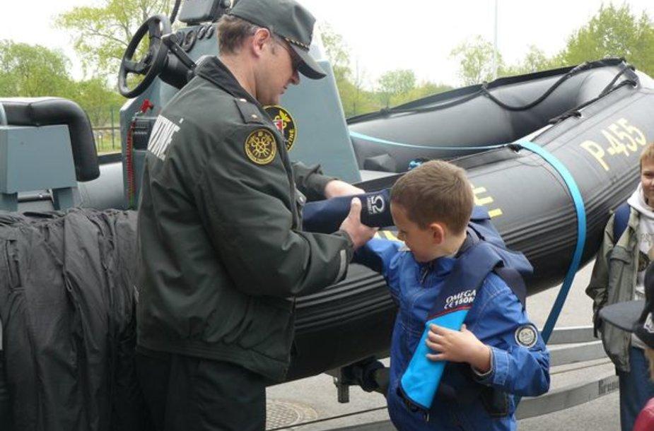 Klaipėdos moksleiviai domėjosi muitininkų darbu.
