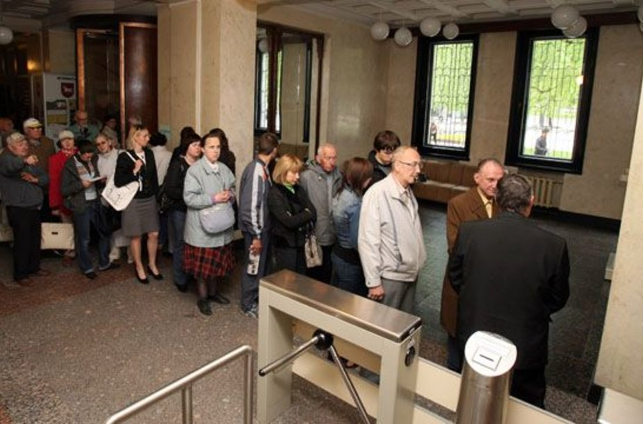 Nors tikėtasi, kad šiemet išankstinio balsavimo vietoje Kauno miesto savivaldybėje pavyks išvengti žmonių eilių, ankstesnių rinkimų situacija vėl pasikartojo.