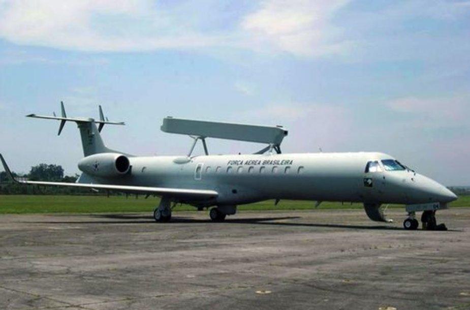 Brazilijos oro pajėgų lėktuvai su specialia įranga kol kas neranda nukritusio lainerio.