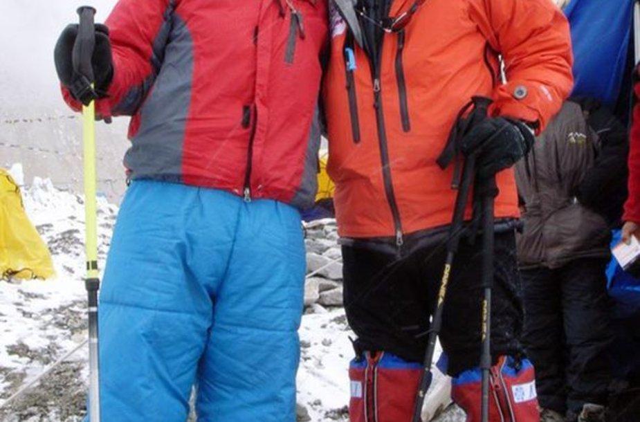 Nepalietis alpinistas (kairėje) pasiryžęs kovoti dėl pripažinimo.