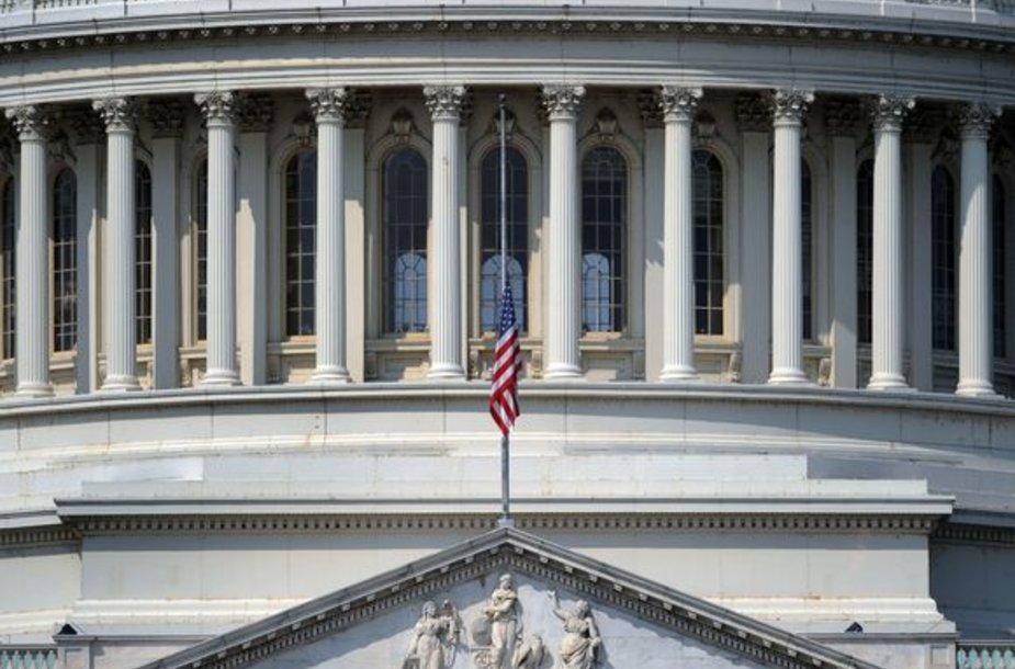 Ant vyriausybinių pastatų vėliavos nuleistos iki pusės stiebo.